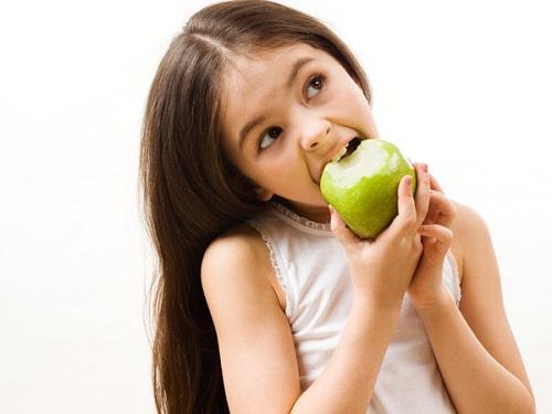 Ăn táo thế nào là đúng cách