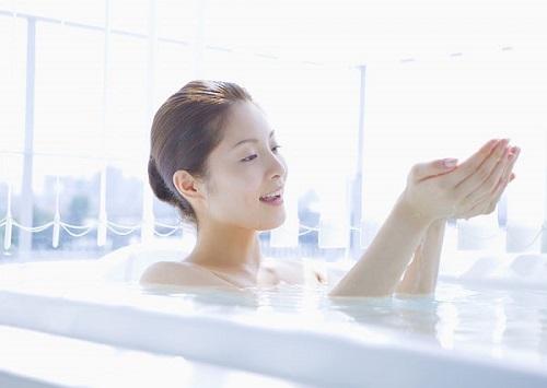 Tắm nước ấm để chăm sóc da vào mùa đông