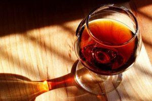 Đừng biến cây hà thủ ô ngâm rượu từ dược liệu thành độc dược