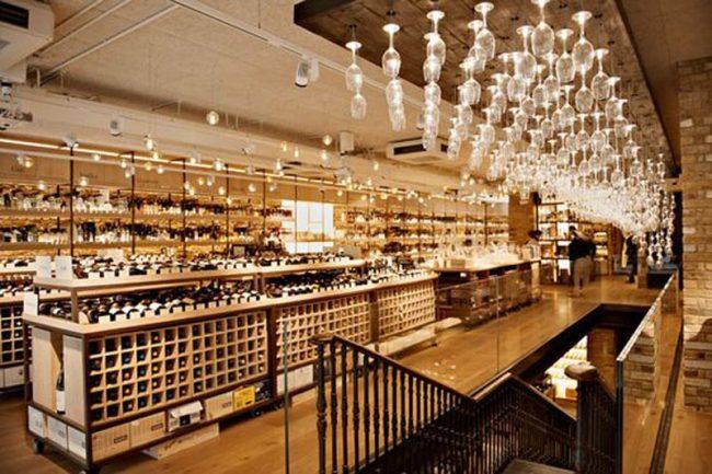 Sử dụng nhiều kiểu dáng tủ trưng bày giúp làm nổi bật cho từng loại rượu trong showroom.