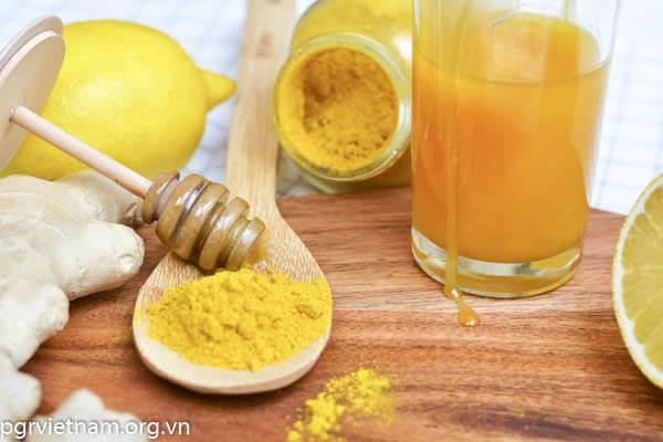 Trị dị ứng da mặt bằng mật ong và bột nghệ