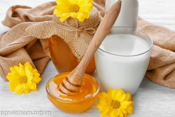 Mật ong và sữa chua trị dị ứng da mặt